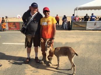 Sacensību galvenais organizators Sheikh Ahmed Bin Hasher Al Maktoum un Mārtiņš Turkopulis. :-) Nav saprotams, kādēļ šeihs staigāja apkārt ar āzi….