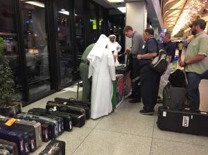 Dubaijas lidostā reģistrējot savu ieroci. Tā nav īpaša telpa, bet gan turpat lielā halle lidostā.
